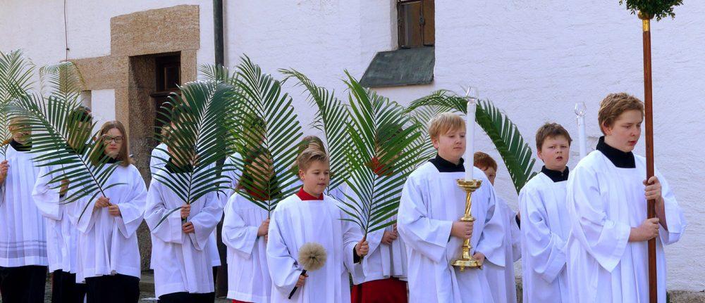 Palmzweige, Scherbenkreuz und Blumen
